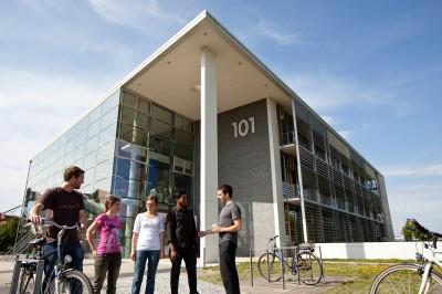 Studierende vor Gebäude 101